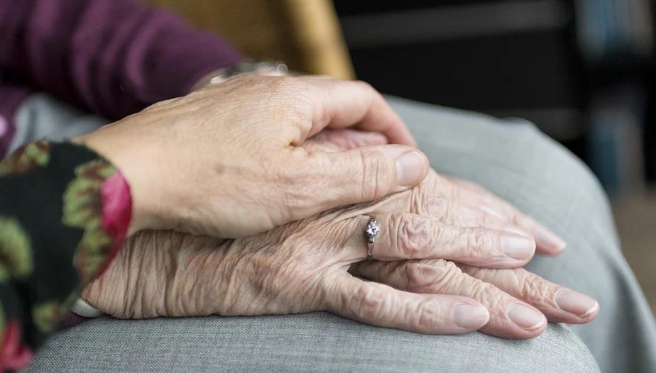 Ein elektrischer Rollstuhl dient dazu ältere Menschen in ihrer Fortbewegung zu unterstützen